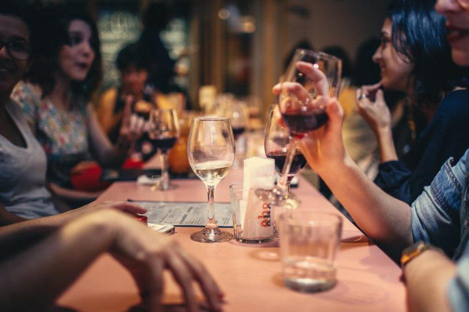 Pessoas sentadas à mesa de um restaurante em Ipanema