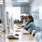 colégios particulares rj: pessoas em computador