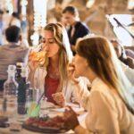Mulheres em mesa de restaurante na Barra da Tijuca