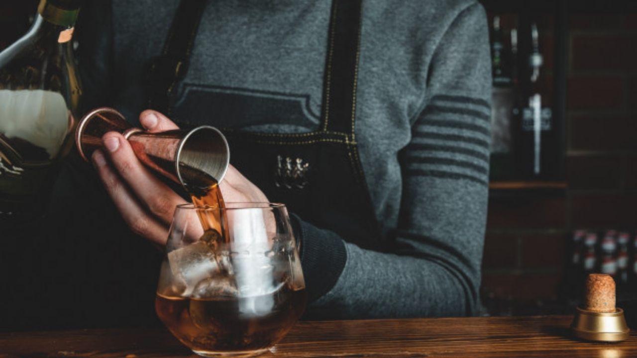 Barman com coquetel
