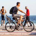 Homem andando de bicicleta no Rio de Janeiro