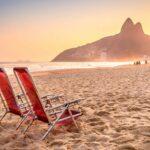 Cadeiras em praia do Rio de Janeiro